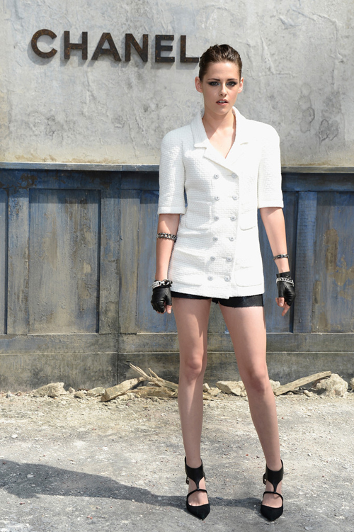 Kristen_Stewart_Chanel_Front_Row_Paris_Fashion_95UC4ZjrJQQx.jpg