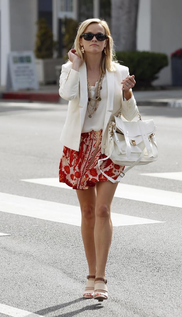 Reese+Witherspoon+looking+stylish+white+blazer+DJ6GyDrsmJ8x.jpg