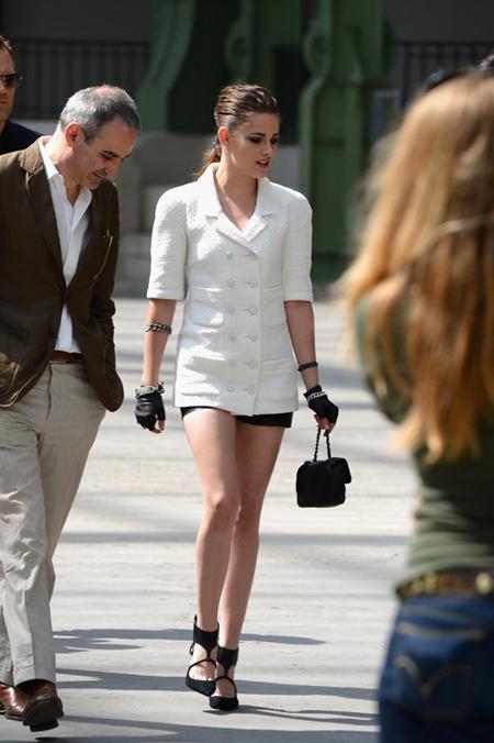 Kristen_Stewart_Chanel_Front_Row_Paris_Fashion_bIpGhZK4G6Bx.jpg
