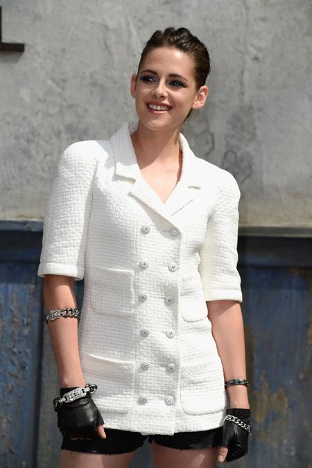 Kristen_Stewart_Chanel_Front_Row_Paris_Fashion_ARzvIM9FVltx.jpg