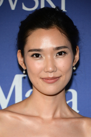 Tao_Okamoto_Arrivals_Lucy_Crystal_Awards_Part_kOA-bzg-hUMx.jpg