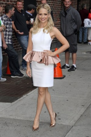 Sarah-Michelle-Gellar-in-Jexika-Late-Show-With-David-Letterman-300x453.jpg