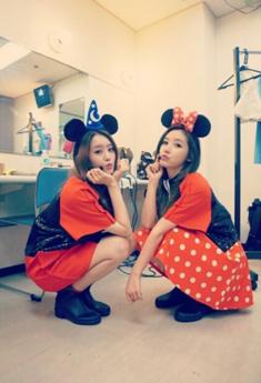 시크릿_하나지은 커플 레인부츠와 함께 귀여운 미키 미니로 변신.png