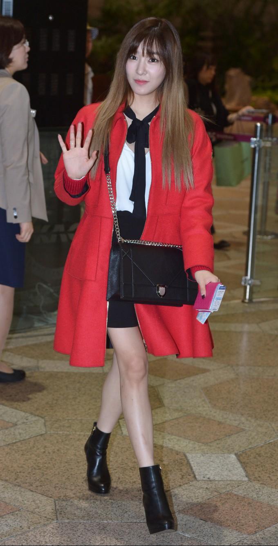 소녀시대 티파니, 공항 패션 포인트는 '붉은 코트' (1).jpg