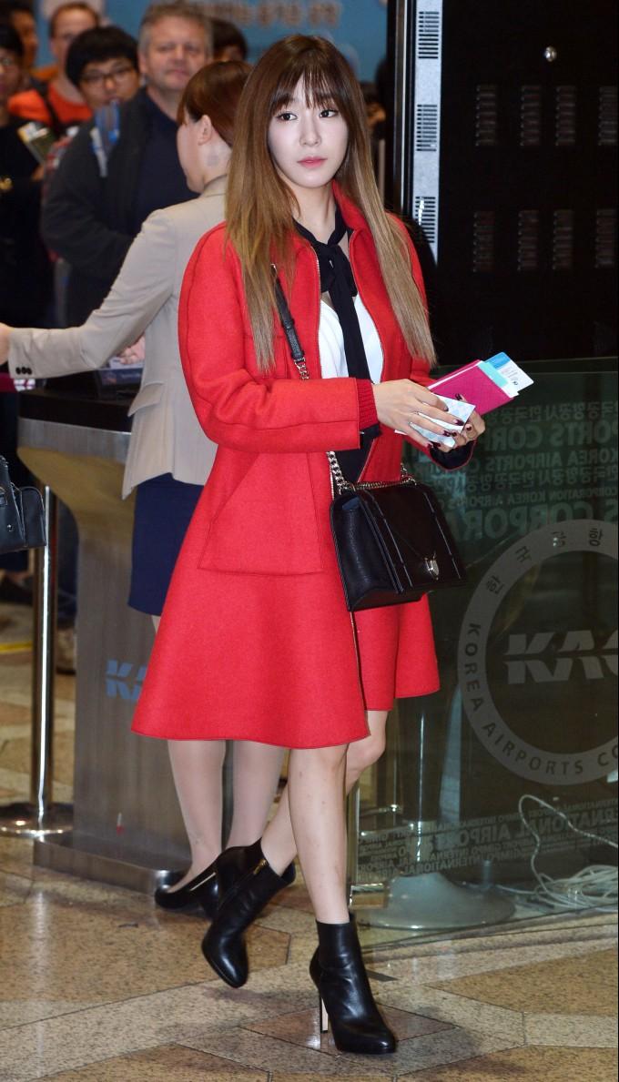 소녀시대 티파니, 공항 패션 포인트는 '붉은 코트' (3).jpg