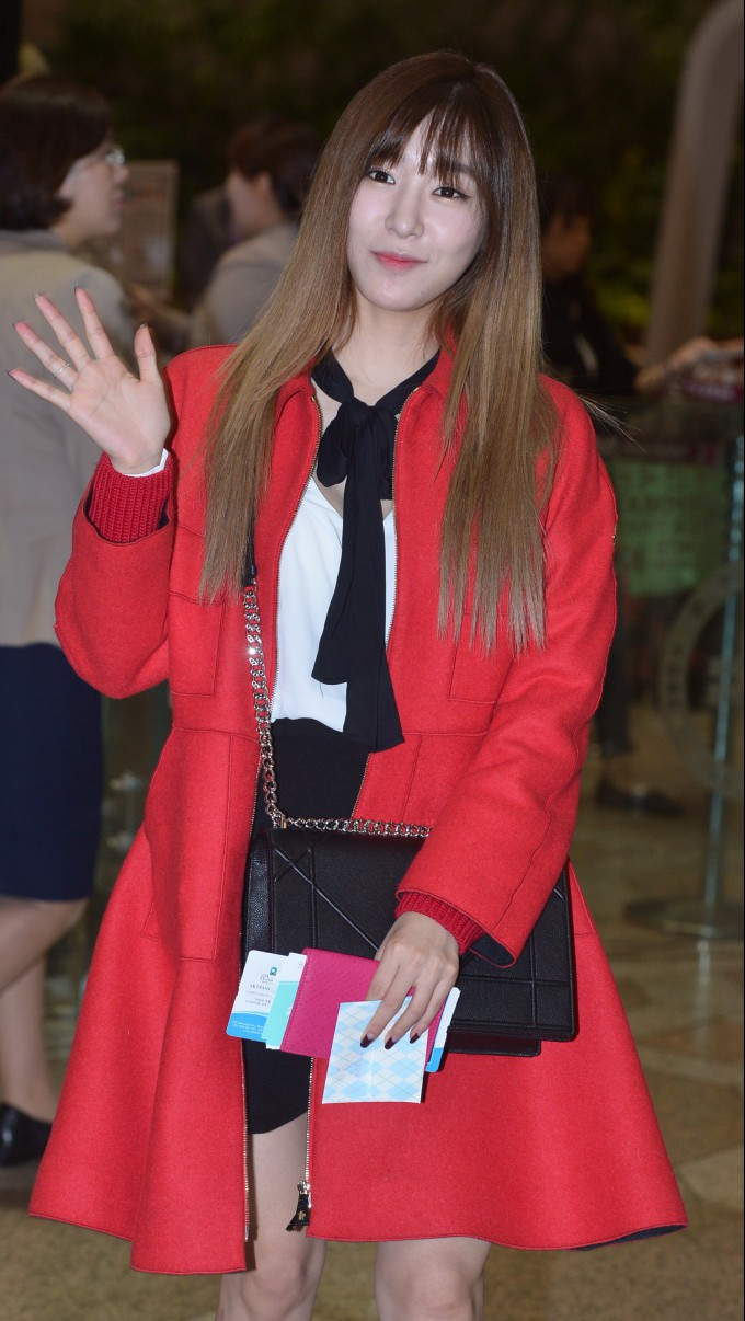 소녀시대 티파니, 공항 패션 포인트는 '붉은 코트' (2).jpg