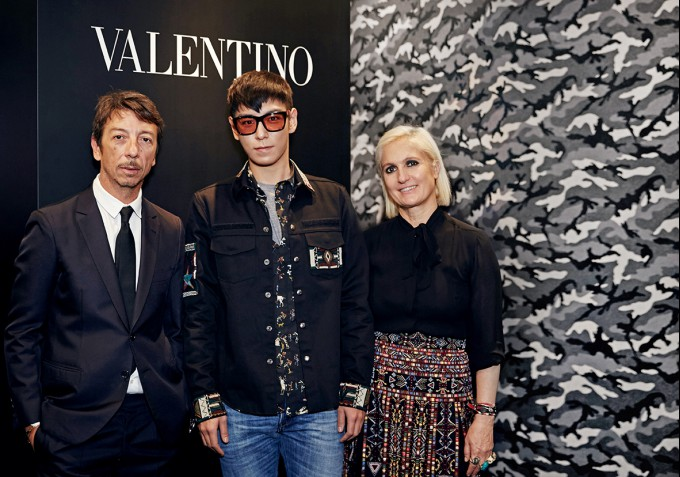 ▲ 발렌티노 크리에이티브 디렉터 피엘파올로 피춀리(좌), 마리아 그라치아 키우리(우)와 함께.