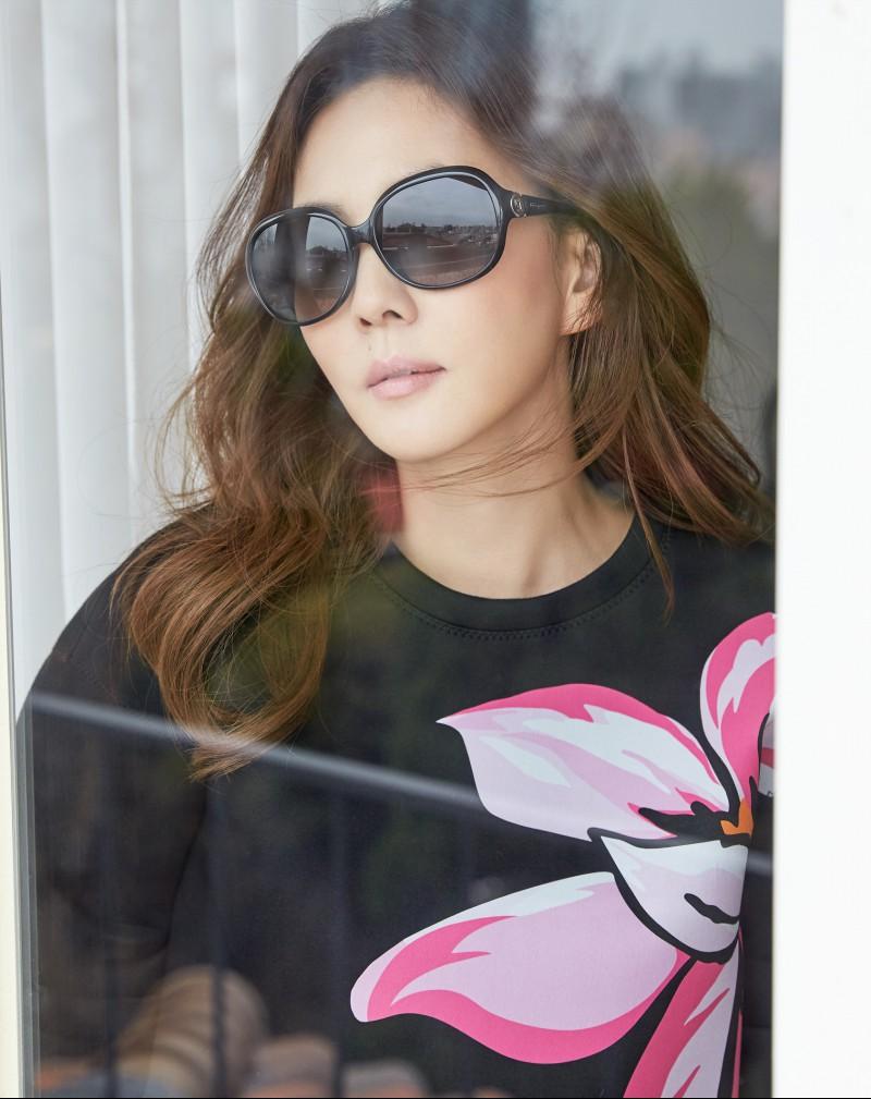 김남주 화보 공개! 고혹미 넘치는 선글라스 패션 돋보여… '범접불가 여배우 포스' (4).jpg